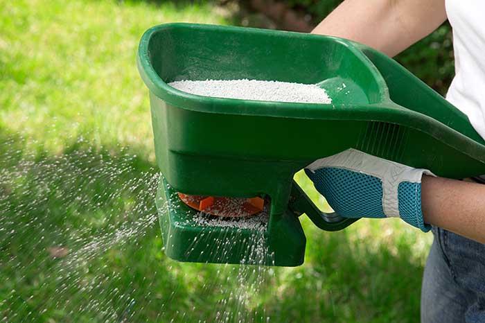 Lawn-fertiliser-spreader-glenview-turf